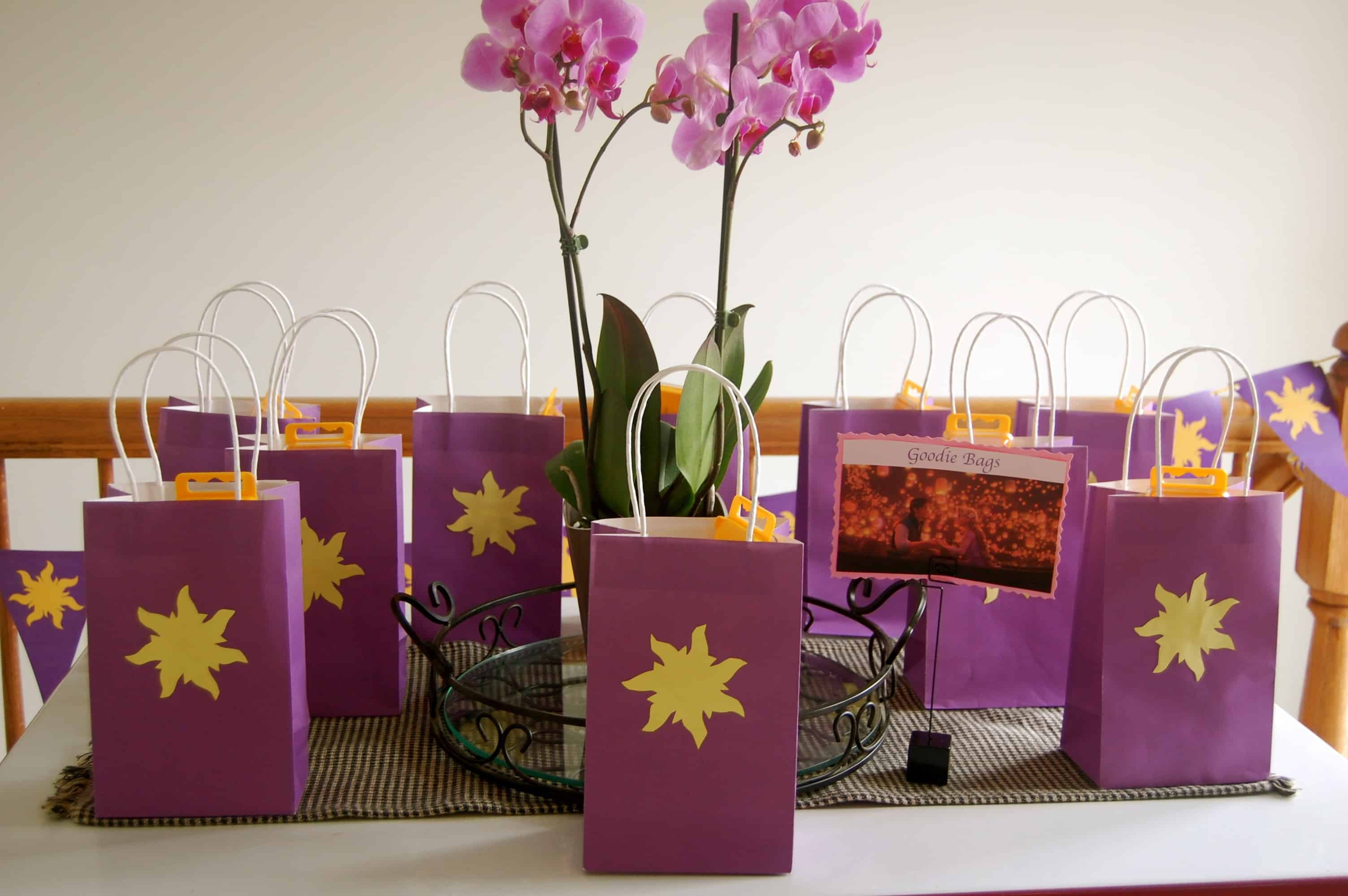 Tangled birthday party games activities teachable mommy for Bag decoration ideas
